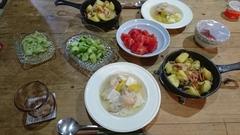 あご出汁で昼間から鶏肉を煮てホロホロです.jpg