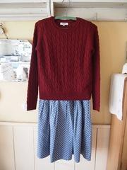 えんじ色のセーター どんなスカートにも合います.jpg