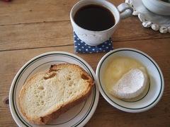 おやつに溶かしたチーズに焼いたパンを付けて♪絶品です.jpg