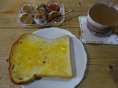 お土産に頂いた手作りパンとこれも頂いたジャムで♪.jpg
