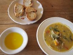 お昼はシチューの残りとトーストをオリーブオイルにつけて.jpg