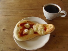 お昼はチーズたっぷりのナンを焼いて.jpg