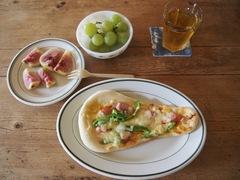 お昼はナンピザとフルーツ 贅沢です.jpg