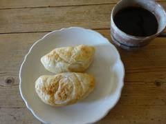 お昼は納豆餅とパン♪.jpg