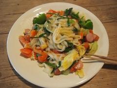 お昼は野菜いっぱいの焼きうどん.jpg