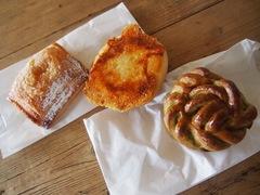お昼は駅のパン屋さんで3個も買って.jpg