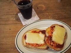 お昼は鮭フレークのピザトースト.jpg