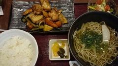 お昼は黒酢あんかけとお蕎麦.jpg