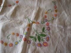 しっかりとした刺繍が見事な大きめテーブルクロス.jpg