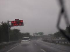 そっちは通りません♪がひどい雨です.jpg