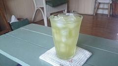 たっぷりの氷にアツアツの緑茶を注いで.jpg