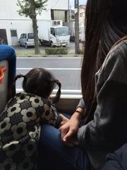 ひーちゃんたちもバスでおばあちゃんの待つ駅へ.jpg