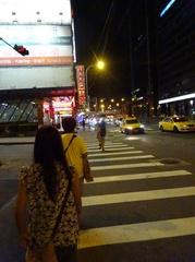 ゆうタンを抱いたおばあちゃん台北の街を走る走る(笑).jpg
