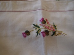 アザミの刺繍のピロケース.jpg