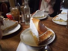 アリスのカフェでお勧めレモンパイを 甘い!.jpg