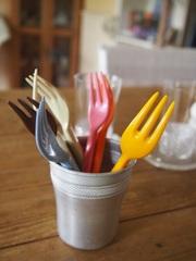 アルミのカップはプラスチックのフォーク立てに.jpg