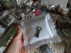 エッフェルのお店の前のお店で買ったサシェと鍵.jpg