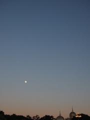ディズニーの空に月と飛行機が.jpg