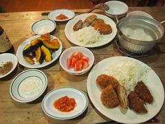 上野で買ってきたコロッケで夕ご飯.jpg