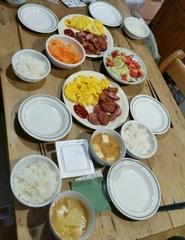 卵焼きにソーセージ炒め 味噌汁にサラダの朝ごはん.jpg