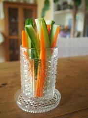 型取り模様のカップにスティック野菜を.jpg