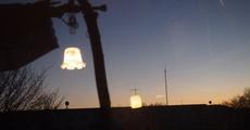 夕方4時55分 外はグレー色に 照明の映り込みが楽しいね.jpg