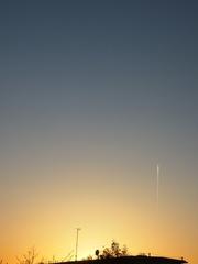 夕陽の中を飛行機が飛んでくる.jpg