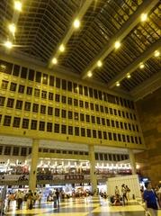大きな台北駅 椅子は少なく皆さん床に座られます.jpg