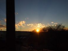 寒い寒いと部屋に入り ピカピカのガラスに満足の夕景が・・・。.jpg