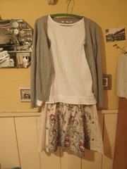 手作りスカートに白Tシャツ カーデガン.jpg