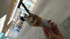 新宿で一人ソフトクリーム 美味♪.jpg