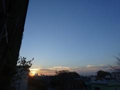 朝7時前横にのびた雲間から朝陽が顔を出します。.jpg