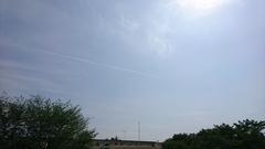 気持ちよさげにのびる飛行機雲.jpg