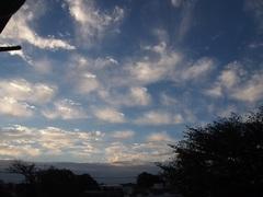 水をいっぱい付けた筆で滲ませた様な朝の雲.jpg