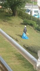 猛烈な暑さの中 裏では芝刈り.jpg