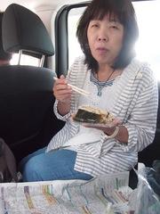 田島の道の駅で ツヤ姉の持たせてくれた五目おこわと昆布巻きを.jpg