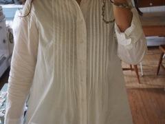 白いロング丈のシャツ 着易いです.jpg
