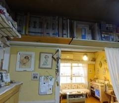 部屋の境目の書類置き棚も収納ケースで整理して.jpg