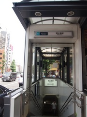 7、地下鉄の出口のそばの信号を.jpg