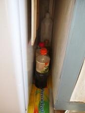 13冷蔵庫の隙間ボトルを買い足す前に大掃除 埃たまりやすいんです.jpg