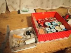 ソファーに前でチクチク裁縫箱 ホコリもとって綺麗に♪ ありがとうね.jpg