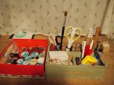 教室用裁縫箱と机に置いている裁縫箱と.jpg