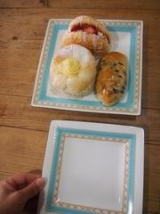 新しいお皿で美味しいパンを.jpg