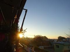 月を追いたてるように朝陽が顔を出しました.jpg