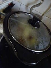 沸騰させたら電気鍋にかけてコトコト煮ます.jpg