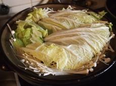 酒と醤油で味付け 白菜で蓋をして煮込みます.jpg