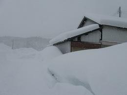 2012年1月田舎の同窓会 辰巳会煮出席 雪に埋もれた村を見る.jpg
